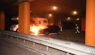 Auto in brand in Alphen aan den Rijn, politie zoekt persoon op scooter