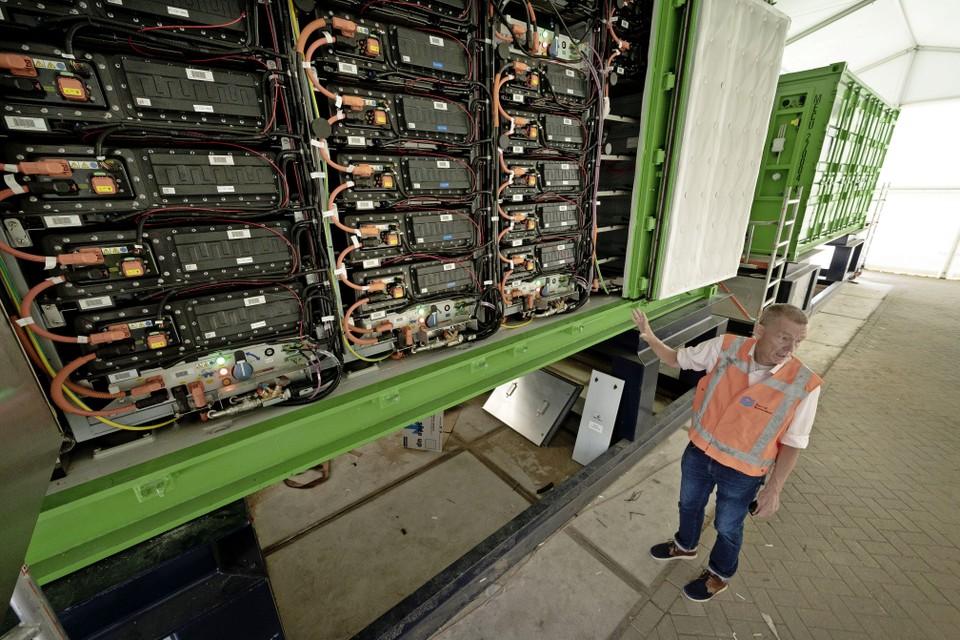 Willem Dedden bij zijn ZESpack: een container met net zoveel batterijen als 36 Tesla's.