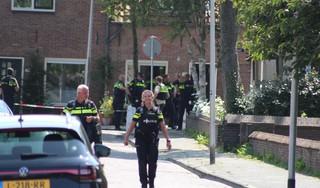 Agenten in kogelwerende vesten houden persoon 'met vuurwapen' aan in Rijnsburg