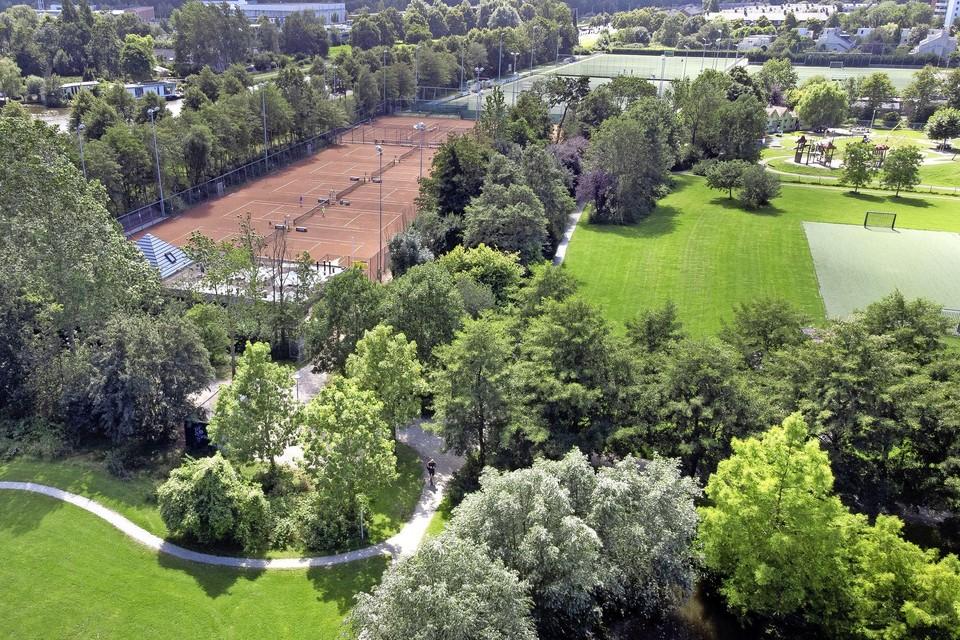 In het Roomburgerpark wisselen groen en sportvoorzieningen elkaar af.