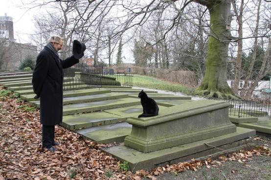 Leidenaar Hans van der Veen vertaalt gedichten over de dood: 'Zolang er leven is, is er dood'