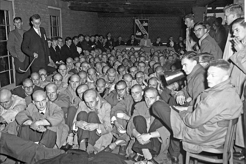 In de jaren '50 ging het er bij ontgroeningen ook al heftig aan toe, zoals hier bij studentenroeivereniging Njord.