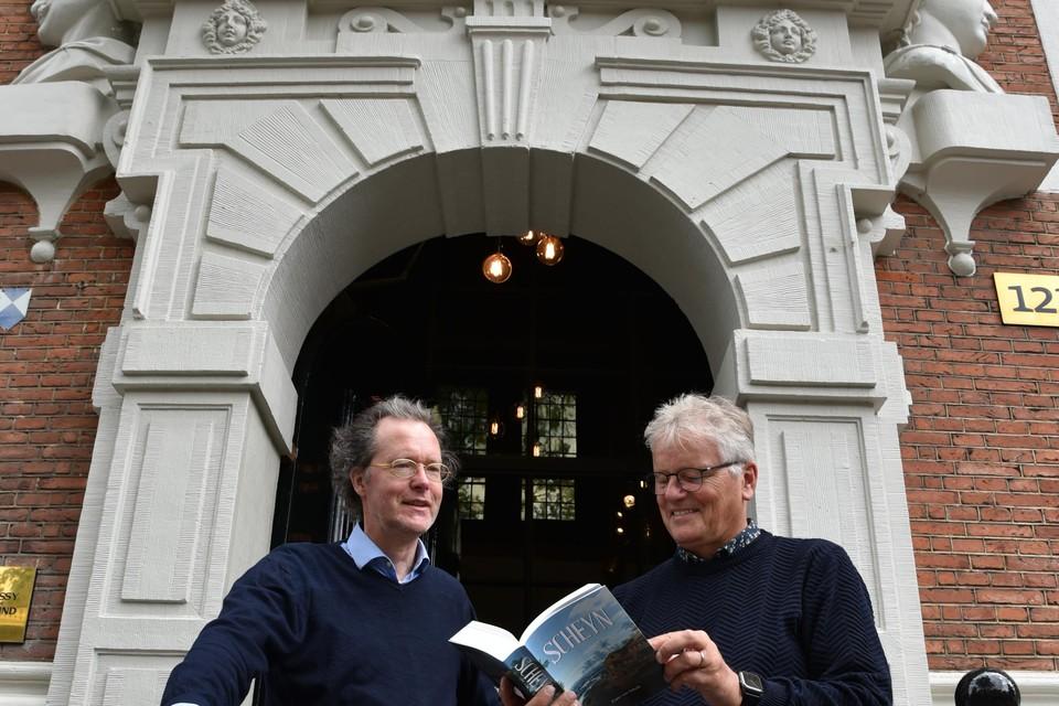 Frans van Schaik en Jozef Ritman presenteren 'Scheyn' bij het Huis met de Hoofden.