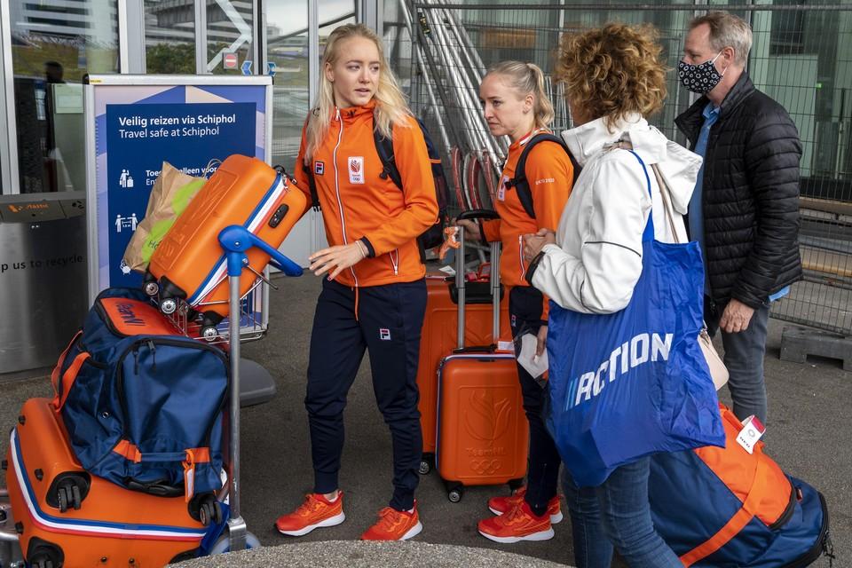 Sanne en Lieke Wevers worden op Schiphol uitgezwaaid door hun ouders.