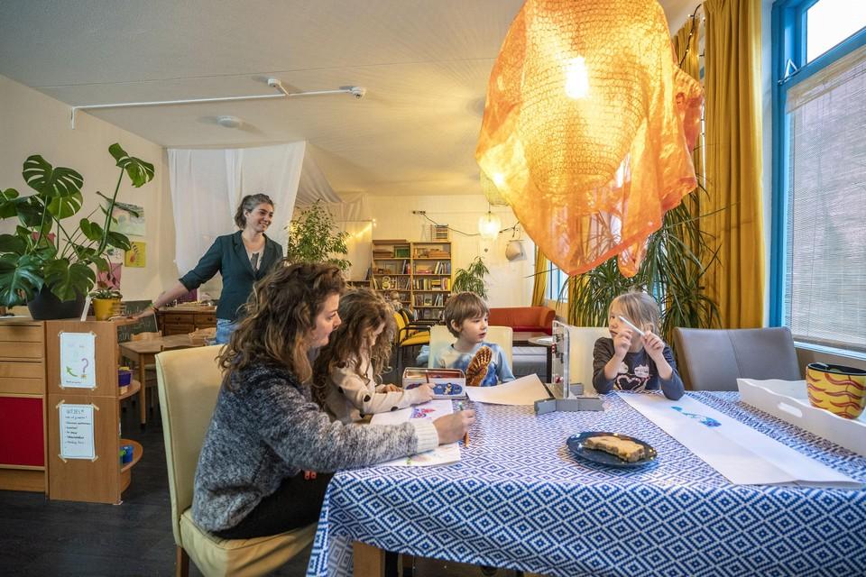 MakED-directeur Anne van Dijk ziet hoe Zeger via Zeespel het alfabet leert. Rechts Donnie. Links Emmy met, op schoot, Nin.