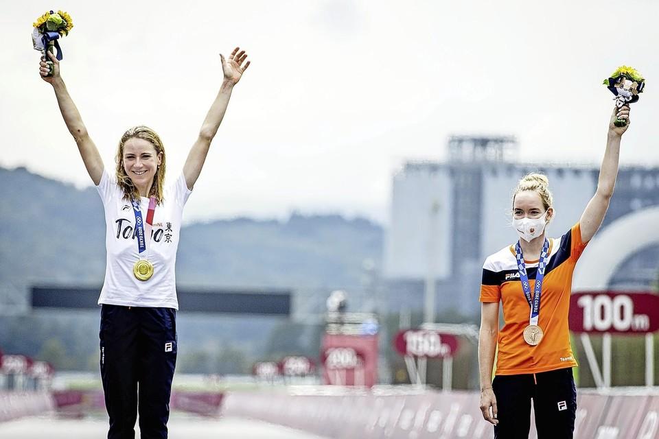 Olympisch kampioen tijdrijden Annemiek van Vleuten (links] en Anna van der Breggen met haar bronzen medaille.