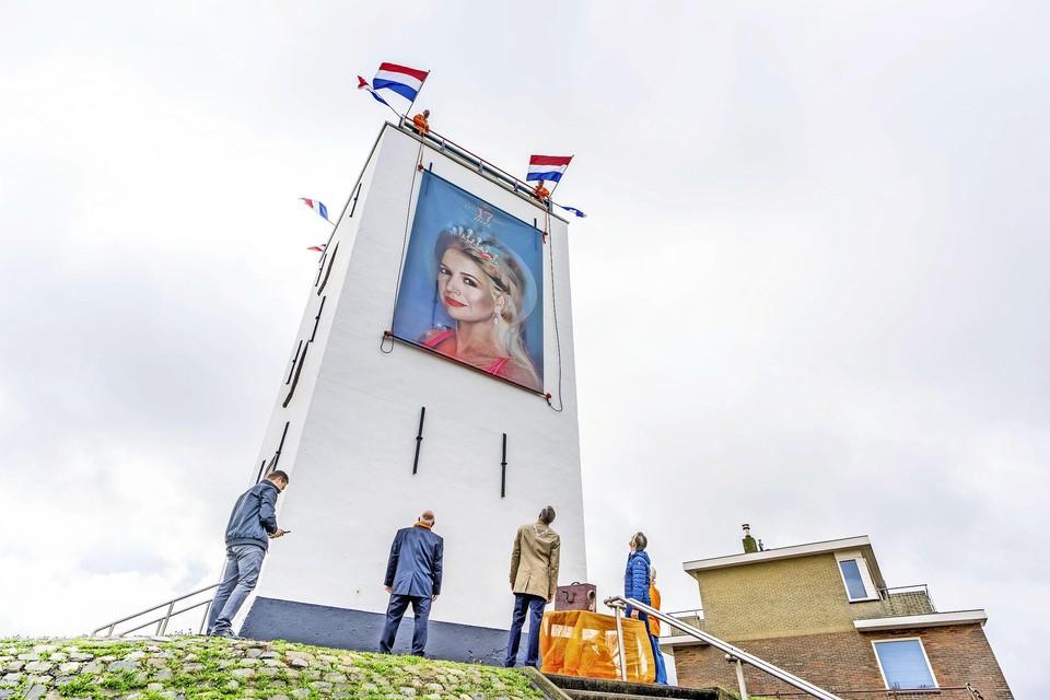 Burgemeester Cornelis Visser en genodigden bekijken het portret van de koningin.