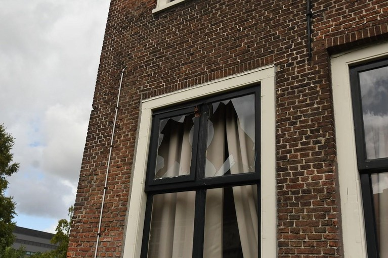 Vrachtwagen beschadigt monumentaal pand tijdens keren in Leiden