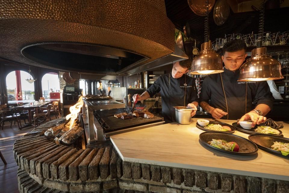In de open keuken wordt geconcentreerd en zorgvuldig gewerkt.