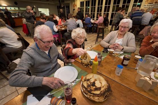 Katwijkse tradititie in de maak: jongeren bakken pannenkoeken voor ouderen en gehandicapten