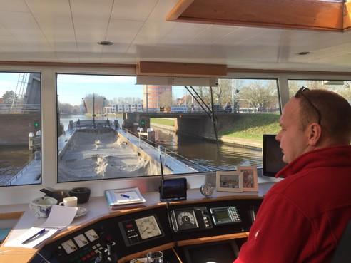Meevaren aan boord van de Kadima tussen Alphen en Leiden: de bruggen moeten nu eenmaal open