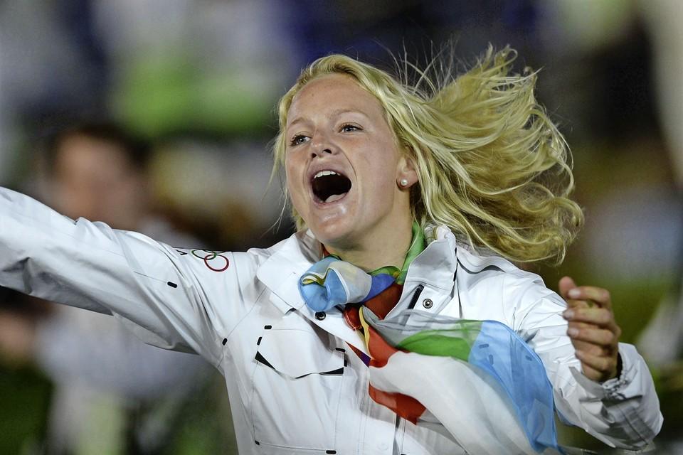 Een piepjonge Philipine Van Aanholt, twintig jaar op dat moment, leeft zich uit tijdens de openingsceremonie van de Spelen van 2012, in het olympisch stadion in Londen.