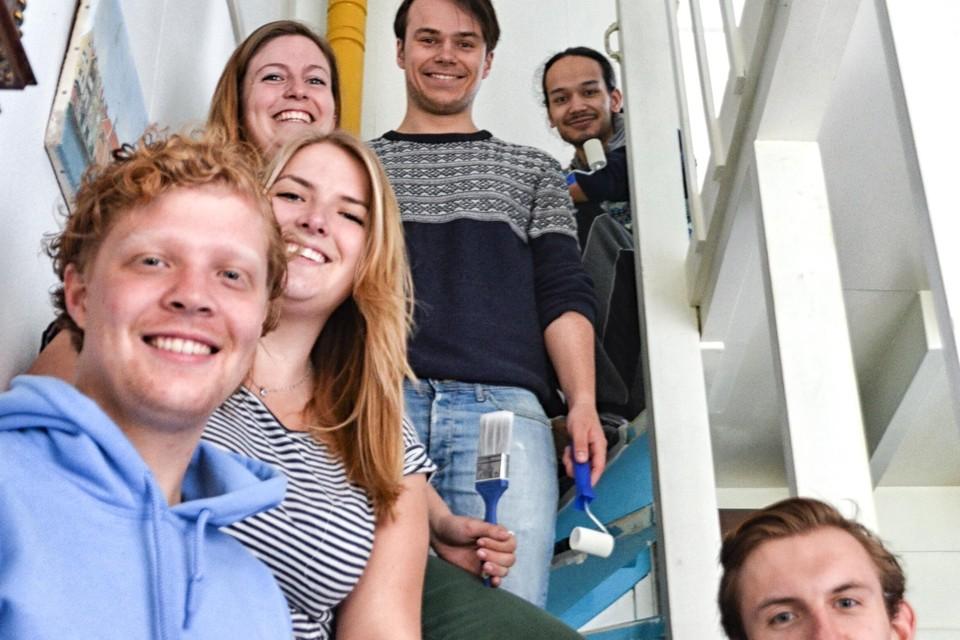 De voorzitters van de studentenverenigingen schilderden een trap, die blauw was geweest, wit.