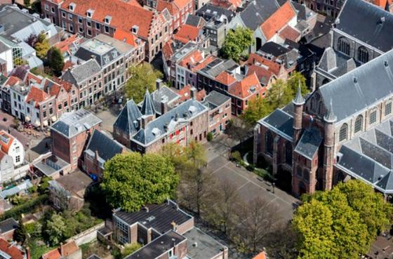 Historische Vereniging Leiden: 'Zonnepanelen op daken historische panden schaden stadsgezicht'