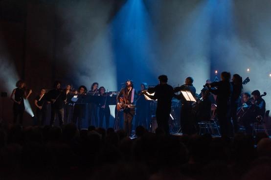 Recensie: Amsterdam Sinfonietta en Engelse zanger Jonathan Jeremiah sluiten huwelijk tussen klassiek en pop