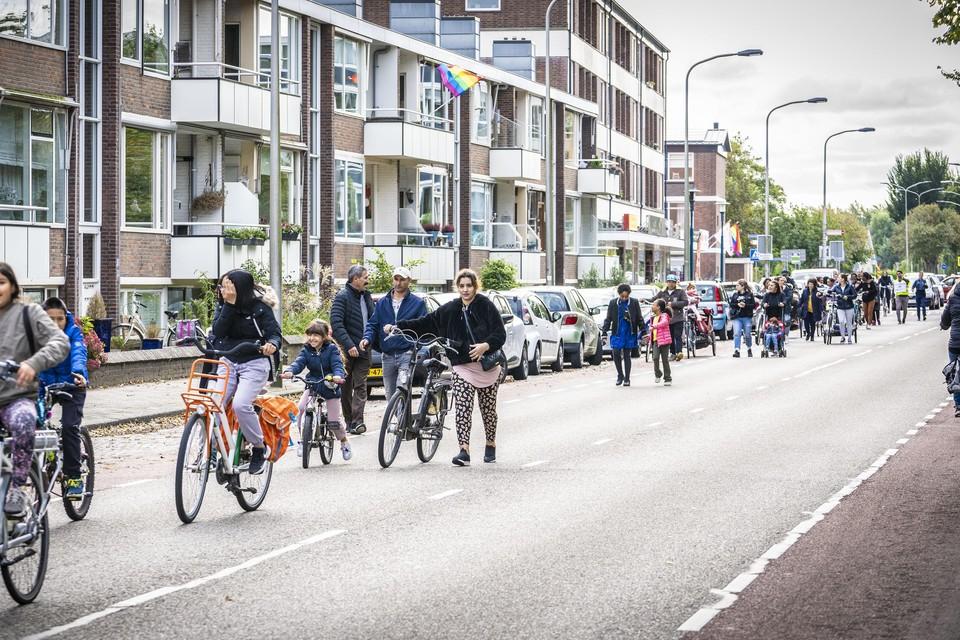 Bewoners AZC Katwijk demonstreren voor ruimer generaal pardon. Te voet trekken ze vanuit het azc naar het gemeentehuis.