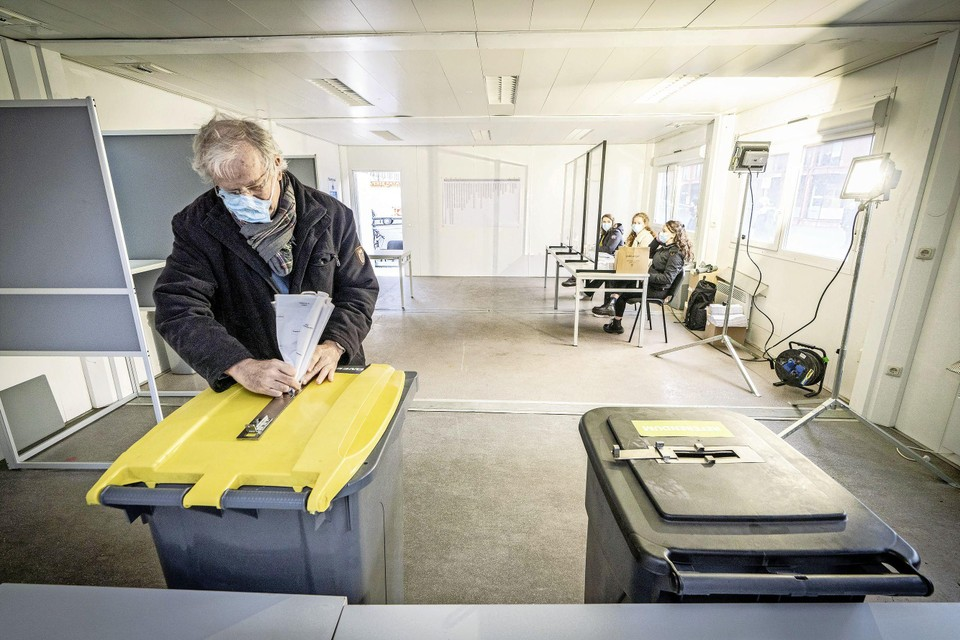 ,,Het is wel proppen met het stemformulier'', zegt Rob van den Hoogen.