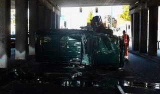 Ongeluk in viaduct in Oegstgeest, één persoon naar ziekenhuis