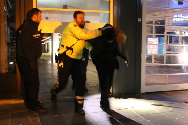 Politie lost waarschuwingsschot bij aanhouding inbreker bij juwelier in Lisse [video]
