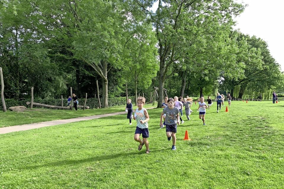 Voor een groen speelplein rennen in het Voorschotense Burgemeester Berkhoutpark.