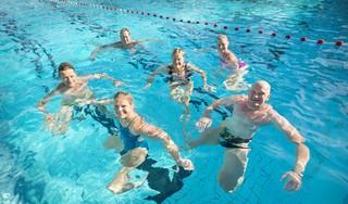 Uit diep dal opgeklommen olympisch kampioen Noeki Klein daagt zichzelf en anderen uit met 100x100 meter zwemmen