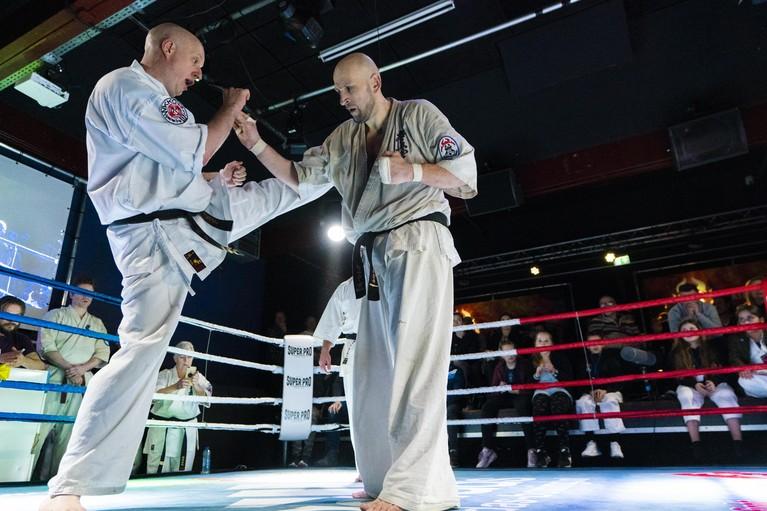 Katwijkse Kyokushin karateka Cem Senol vecht honderd partijen achter elkaar en zorgt voor primeur op Nederlandse bodem [video]