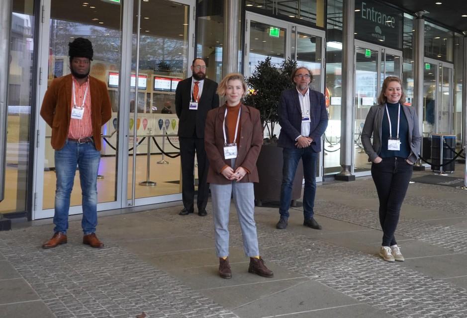 World Press Freedom Conference 2020. V.l.n.r. Hoogleraaren Bruce Mutsvairo, Remco Breuker Jaap de Jong en masterstudenten Journalistiek en nieuwe media Romy Heymans en Charlotte Povel.