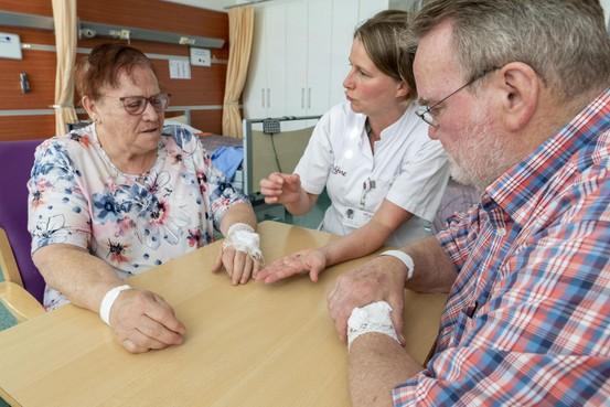 Hartpatiënten krijgen sensor waardoor de hartspecialist ze op afstand kan controleren: 'Wat ik verwacht? Een beter leven'