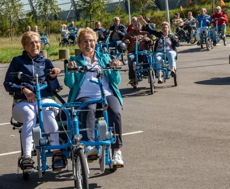 Tekla Zwinkels (66) uit Warmond zet 'Fietsmaatjes' regionaal en nu ook landelijk op de kaart; 'Aanstekelijk als twee mensen op zo'n duofiets zitten te stralen'