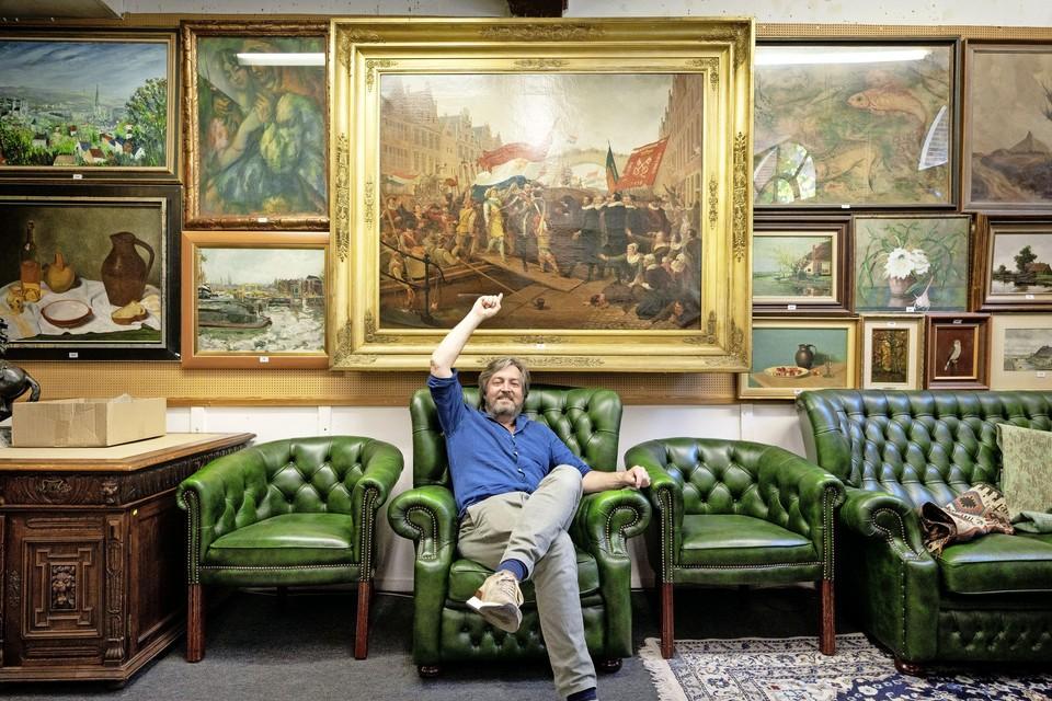 Veilingmeester Pieter-Gerrit Binkhorst bij het betreffende schilderij.