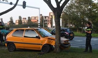 Auto tegen boom in Leiden: twee gewonden