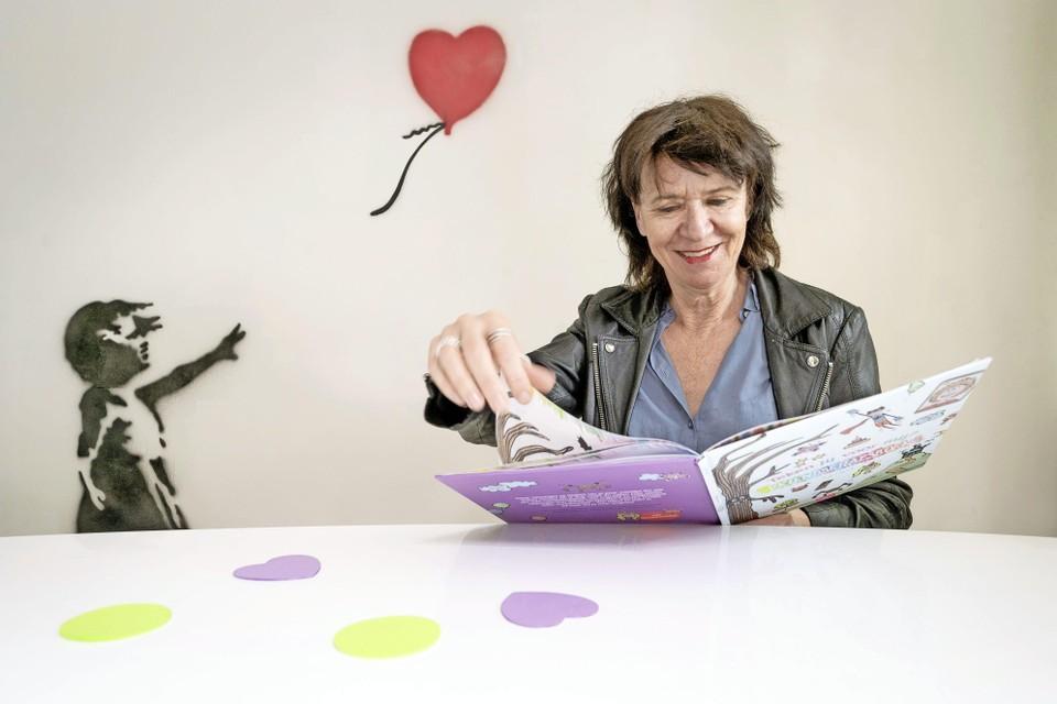 Juf Marit maakte knutseltutorials met op de achtergrond een Banksy schilderij.