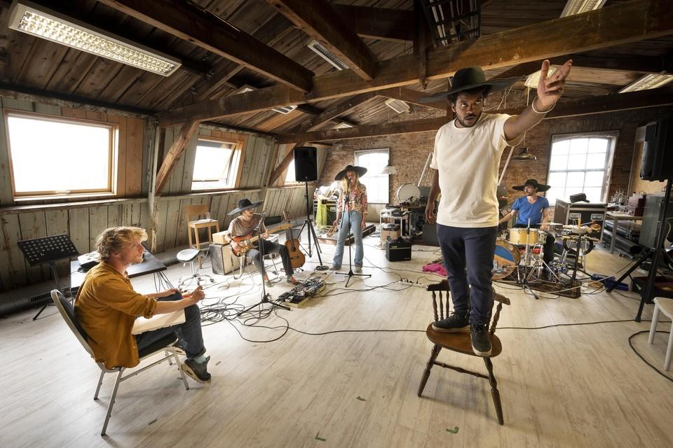 Een repetitie van muziektheatercollectief Kassett met (vlnr) Frank Siera, Rutger Martens, Oukje den Hollander, Uriah Havertong en Lucas Kramer.