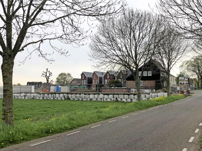 De sociale bouwplaats aan De Kolk in Oud Ade van afstand.