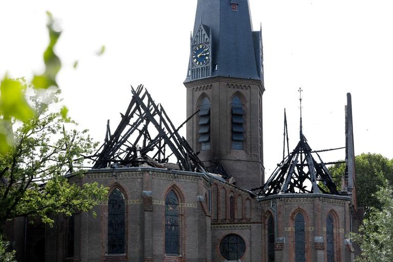 'Blijf vooral positief na een brand in je kerk', geeft pastoor uit Amstelveen zijn collega in Hoogmade mee