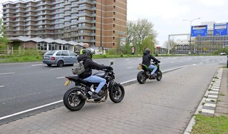 Veel te hard rijdende motorrijders op de vlucht na stopteken politie in Leiden