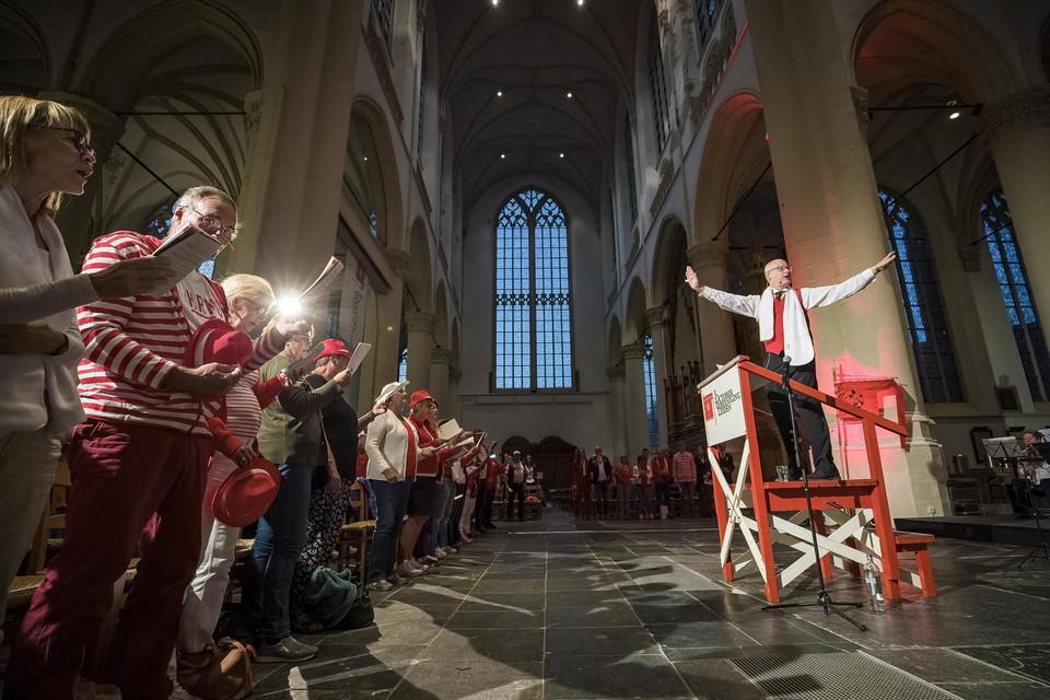Martin van der Brugge dirigeert als invaller het gelegenheidskoor in de Hooglandse Kerk.