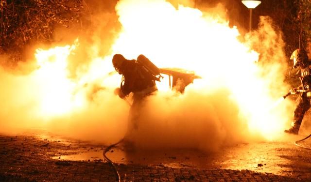 Vlammen slaan hoog uit auto na harde knal in Noordwijkerhout [video]