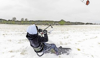 Kitesurfen in een weiland vol sneeuw; 'Als de grote meren dichtvriezen, dan willen we het ijs op. Dan ga je pas echt hard' [video]