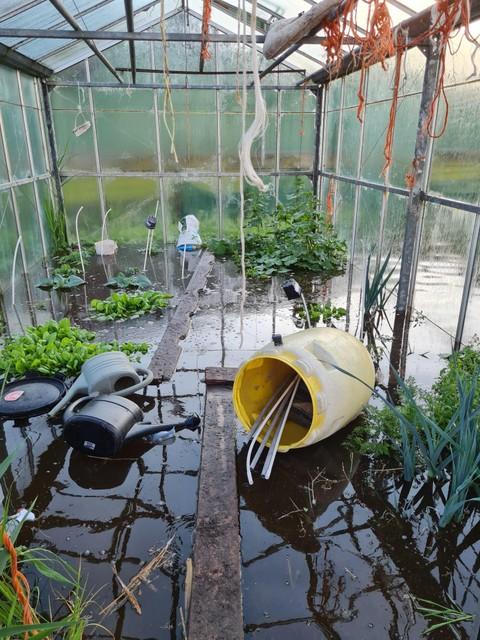 De kas staat blank, de tomaten, komkommers en prei zijn verwoest.