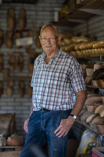 Zoeterwoudenaar Koos Vreeswijk al zeventig jaar ambachtelijk klompenmaker: 'Klompen maak je op gevoel' [video]