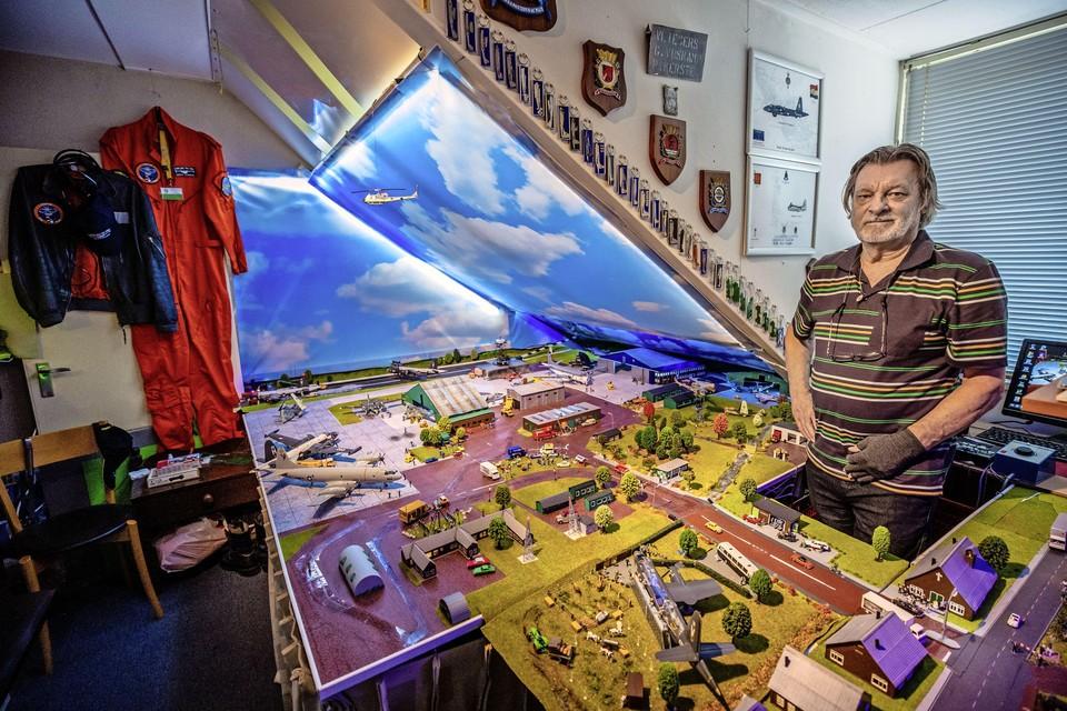 Oud-elektromonteur Gerrit Sterken bij het bedieningspaneel op zolder, waarmee hij vliegkamp Valkenburg in volle glorie tot leven wekt.
