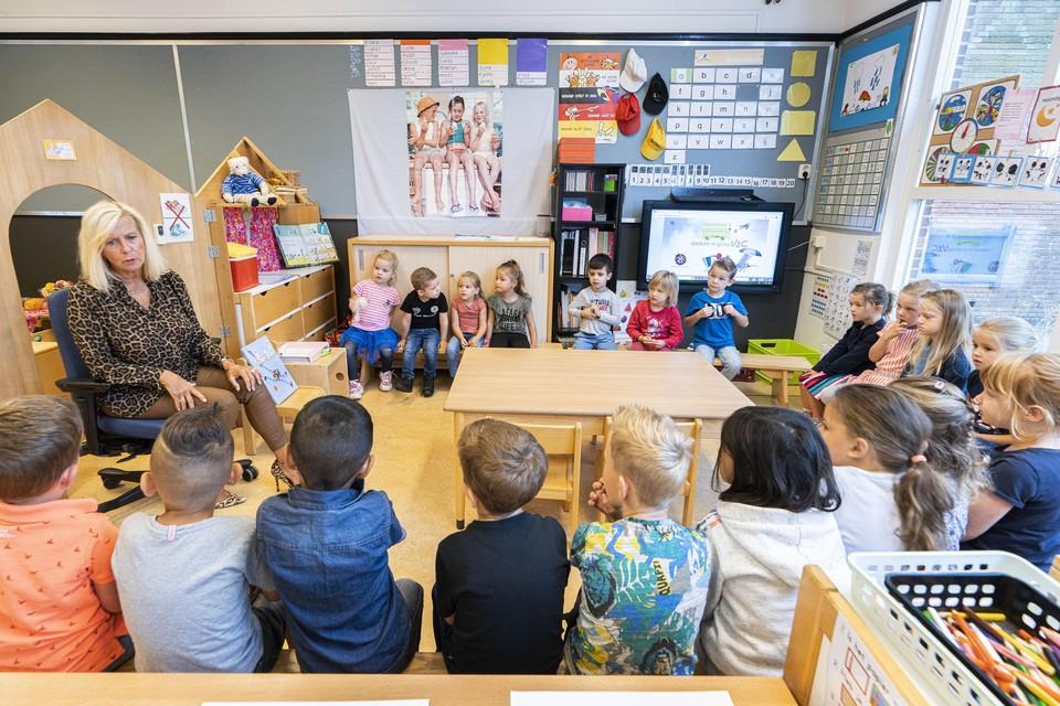 Groep 2 van basisschool De Morskring is vol aandacht voor de juf.