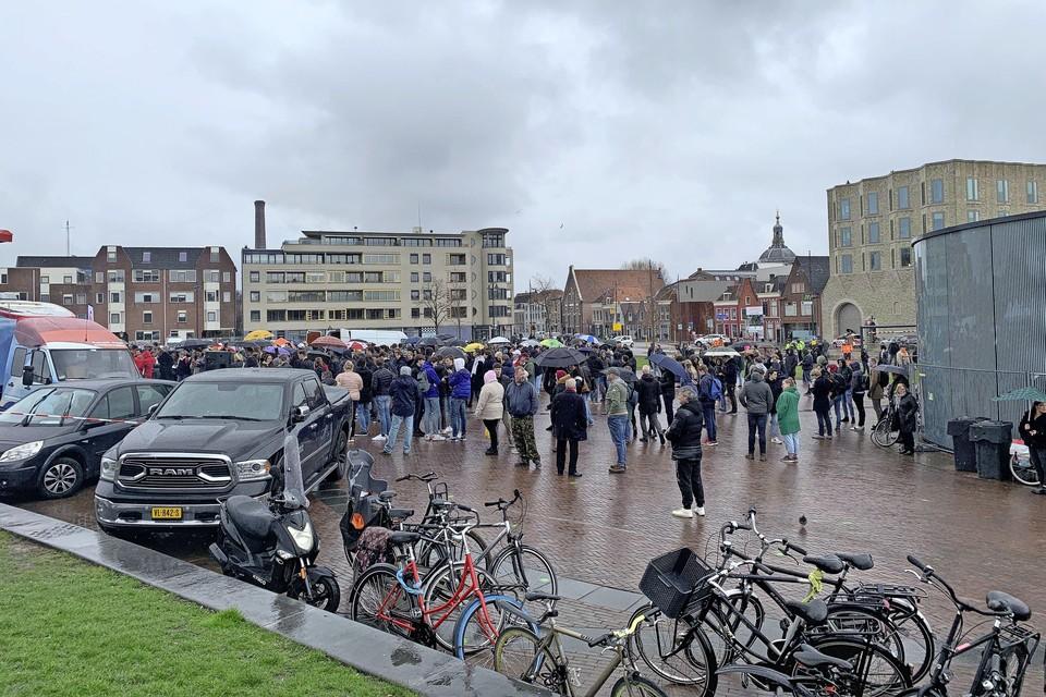 De 'vrijheidskaravaan' van Forum voor Democratie trok dinsdagmiddag veel publiek naar de Lammermarkt in Leiden.