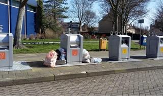 Meer huisvuil naast de afvalcontainers in Lisse