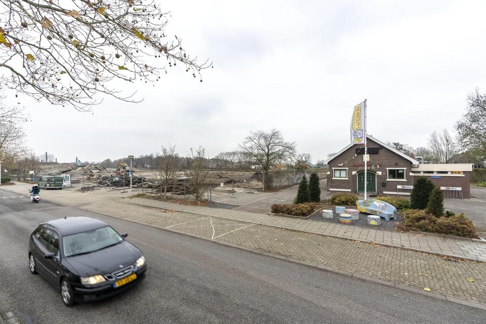 Pleyn 68 aan de Hoge Rijndijk in Hazerswoude, daarnaast het toekomstige bouwterrein.