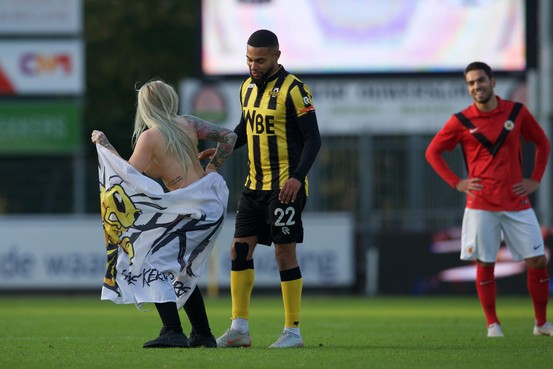 Ontblote blondine rent over veld Rijnsburgse Boys [video]