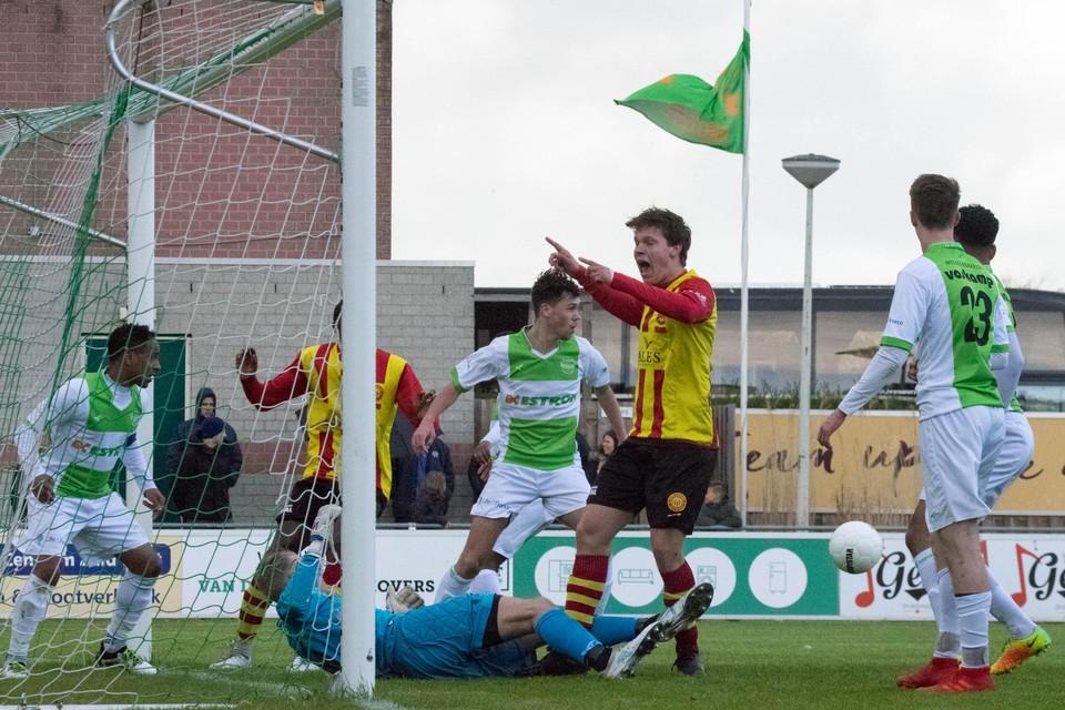 Joey van den Berg heeft de bal de doellijn zien passeren. De scheidsrechter besliste anders.