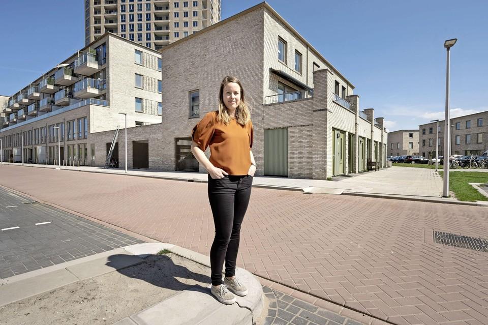 Jojanneke Weijermars voor haar huis in Leiderdorp.