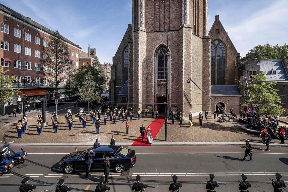 Het koningspaar komt aan bij de Grote Kerk.